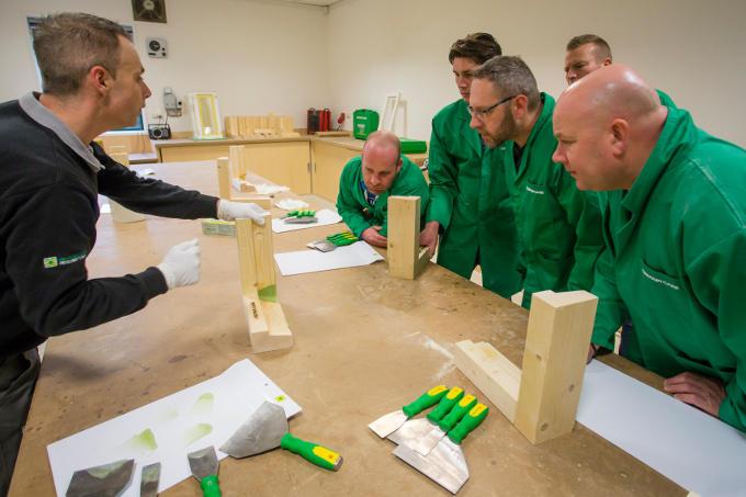 Timmerlieden en schilders volgen een cursus houtrenovatie volgens nieuw systeem: leren houdt niet op na de schoolbanken