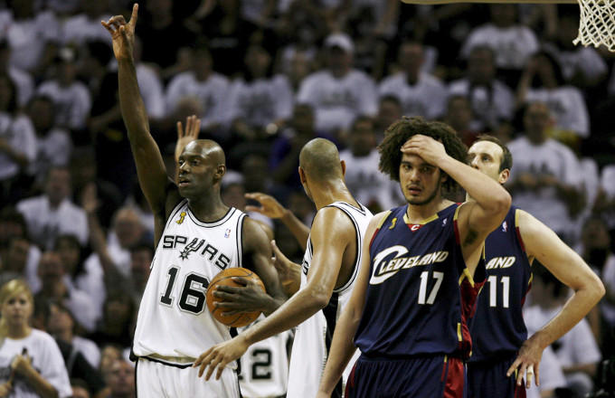 Hij was de nummer 16 bij de San Antonio Spurs