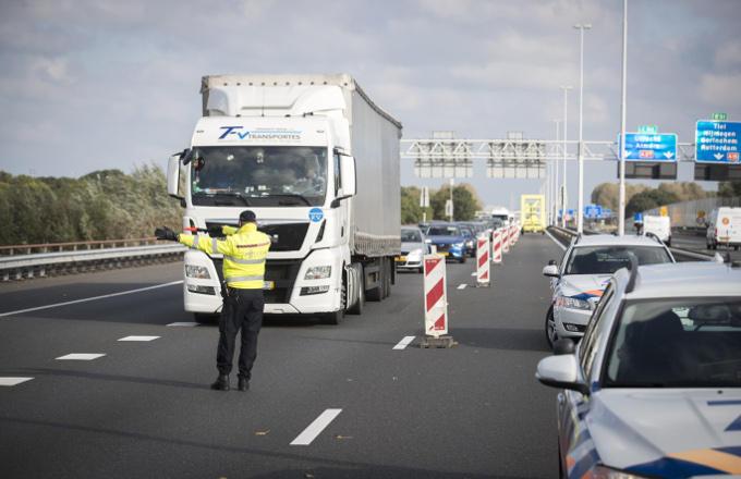 Al snel is er een verkeerschaos bij de Merwedebrug. Ook omdat vooral buitenlandse vrachtwagenchauffeurs de borden voor de brug niet volgen