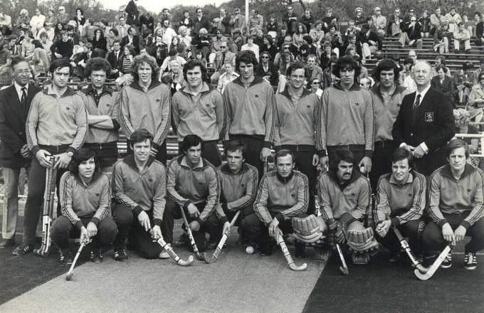 Het Olympisch elftal uit 1976. Tweede van rechts (gehurkt) is Jan Albers