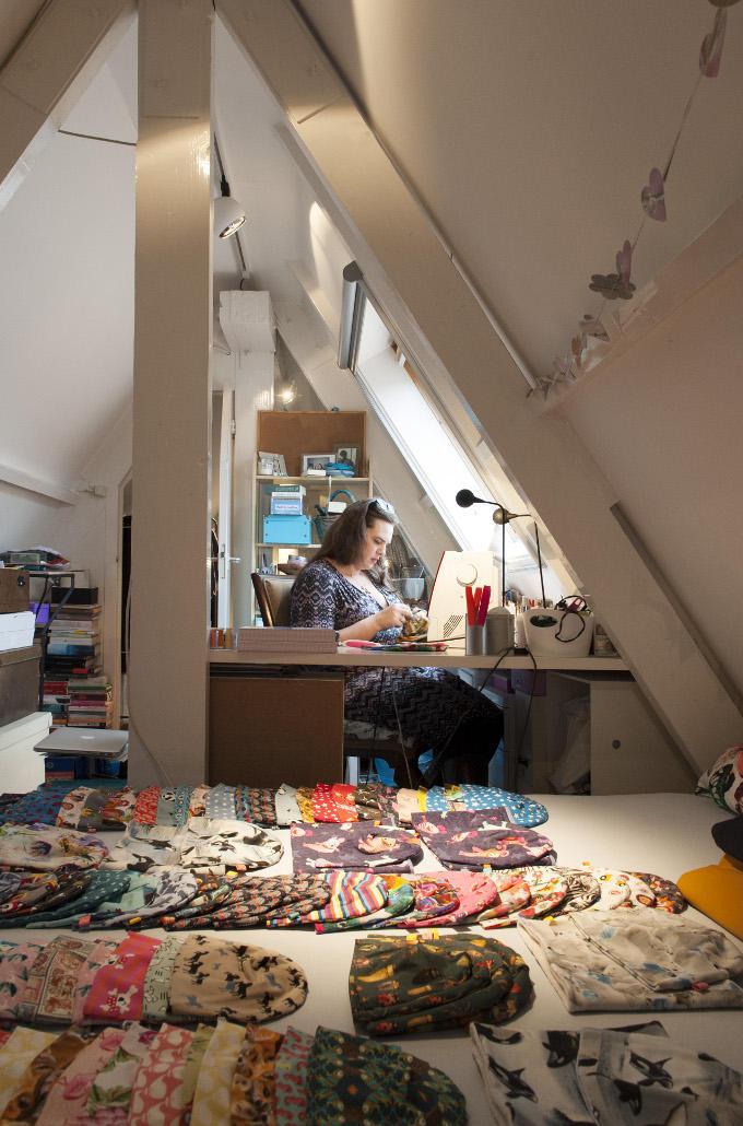 Nathalie Tura, Eifelbee Cotton Jersey Hats. Thuis, maar wel op zolder, waar geen afleiding is en genoeg ruimte