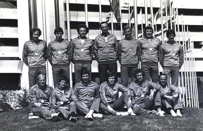 De Nederlandse Olympische waterpoloploeg uit 1976. Op de onderste rij, uiterst links, Gijze Stroboer