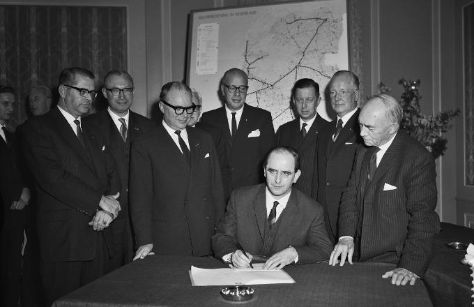In 1963 is de GasUnie een feit. Minister de Pous van Economische Zaken tekent de notariële akte die daarvoor nodig is