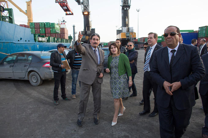 Minister Ploumen bezoekt tijdens een handelsmissie naar Tunesië het havenbedrijf van Tunis