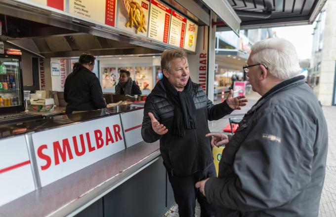 Het was geen werken voor ondernemers, zegt Wim Frijns (midden) de eigenaar van de Smulbar. 'Tientallen invallen in drugspanden heb ik meegemaakt'