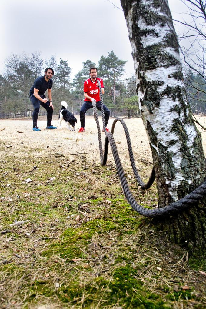 Bas van der Veldt laadt zich thuis op op een spijkerbed, of hij gaat bootcampen met zijn personal trainer