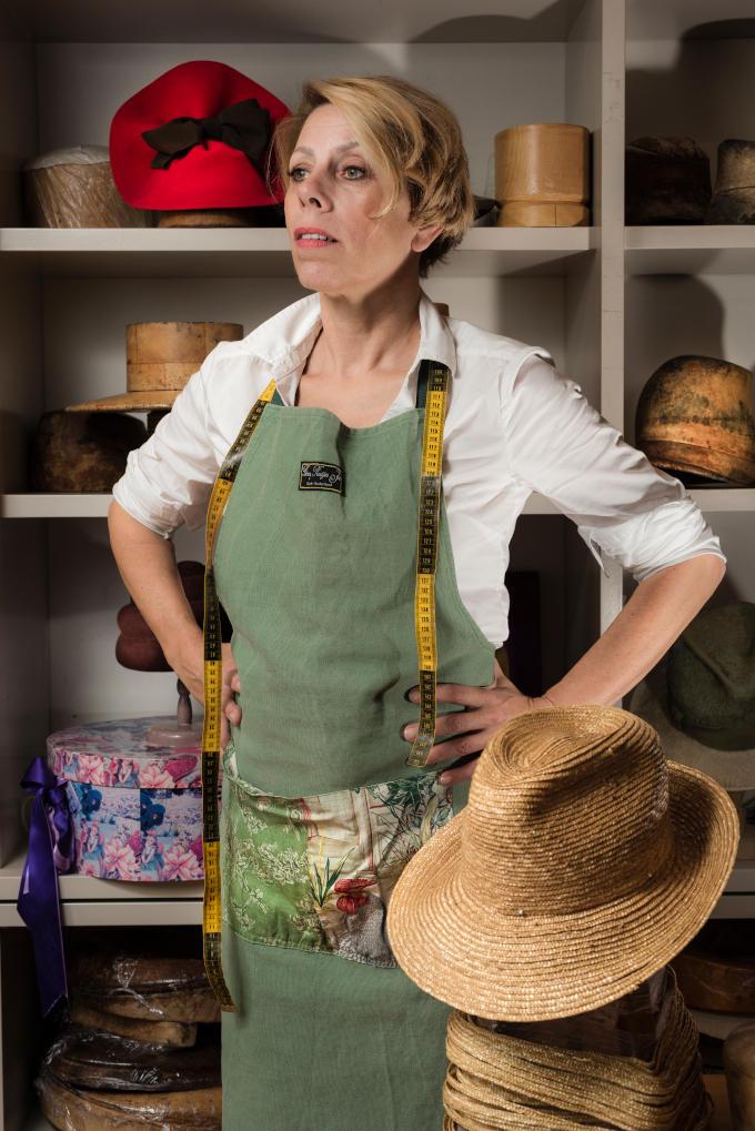 'Ik zet mijn kennis en kunde nu anders in', zegt hoedenmaker Berry Rutjes. Dat moet ook wel nu zoveel hoedenevenementen niet doorgingen dit jaar