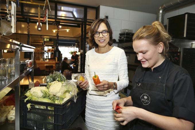 In het Haagse restaurant Instock, dat gerechten bereidt van onverkocht producten van supermarkten. 'Onverteerbaar dat er zoveel voedsel wordt verspild. Gemiddeld gooien we 41 kilo p.p.op jaarbasis weg.'