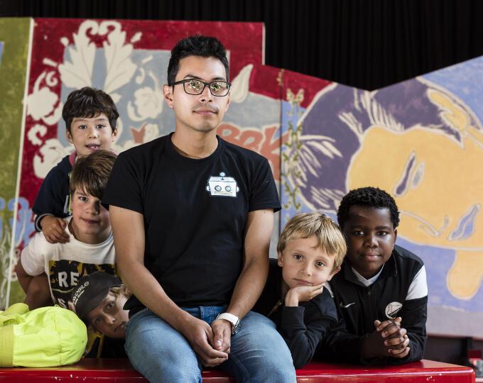 """'Kinderen hóeven geen programmeur te worden"""", zegt Christian Bello van Bomberbot. 'Het belangrijkste is dat ze de wereld om hen heen begrijpen'"""