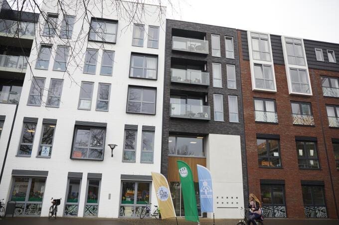 Op het eerste gezicht niets bijzonders misschien, dit gebouw. Maar een school - of eigenlijk 3 basisscholen - tussen gewone appartementen?!?