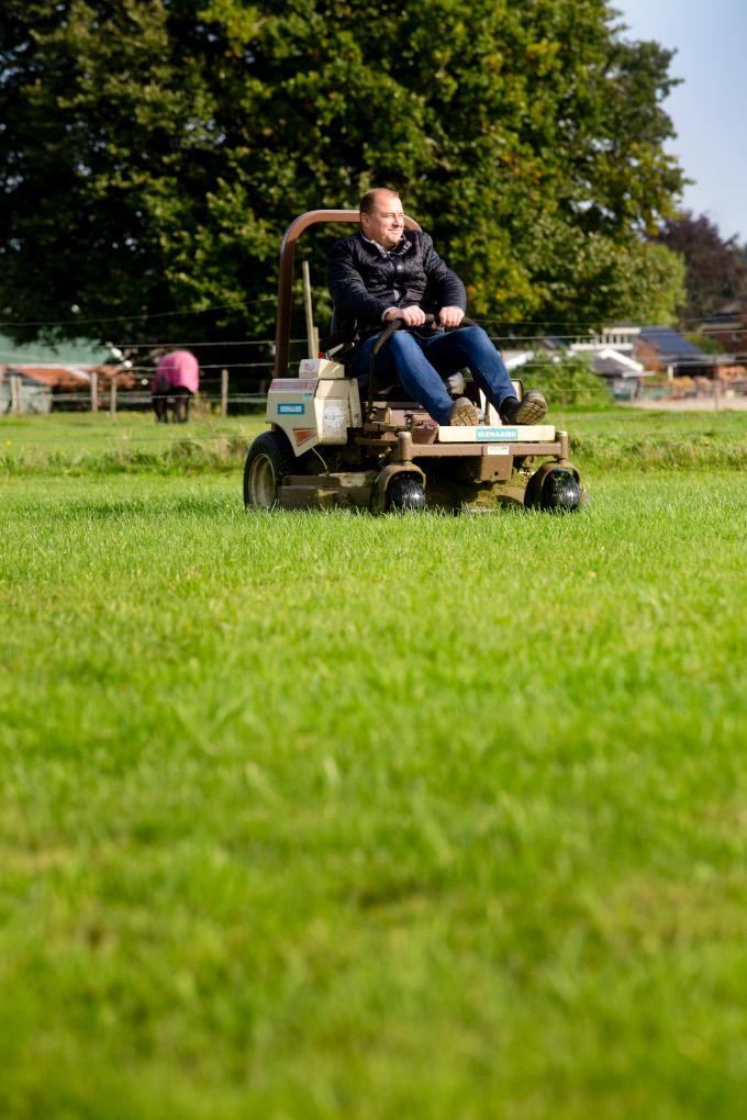 Het gras bij zijn nieuwe huis maait Eric Idema zelf. Zo'n vier voetbalvelden: 100 meter vooruit, 100 meter terug. 'Het maakt mijn hoofd leeg.'