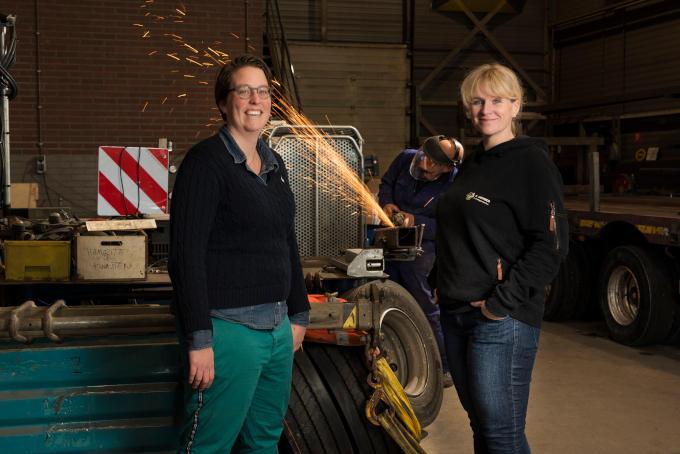 Samen met zus Martine (niet op de foto) namen Iris Lafeber (links op de foto) en Barbara het familiebedrijf over. Maar zo vanzelfsprekend was dat niet