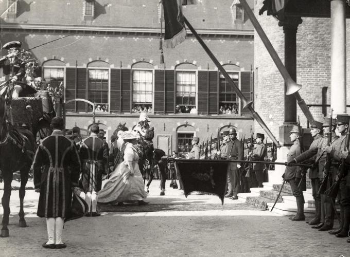 Prinsjesdag 1915: koningin Wilhelmina loopt naar de Ridderzaal voor opening van het parlementaire jaar