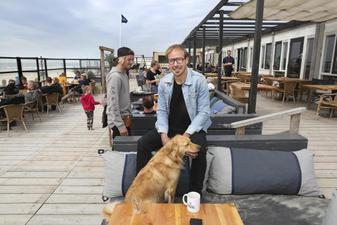 Bij strandpaviljoen (paal) Twaalf op Texel, 'een strandtent die wordt gerund door een jonge ondernemer die zich probeert te onderscheiden van de massa met bijzondere activiteiten en 'eerlijke' producten.'