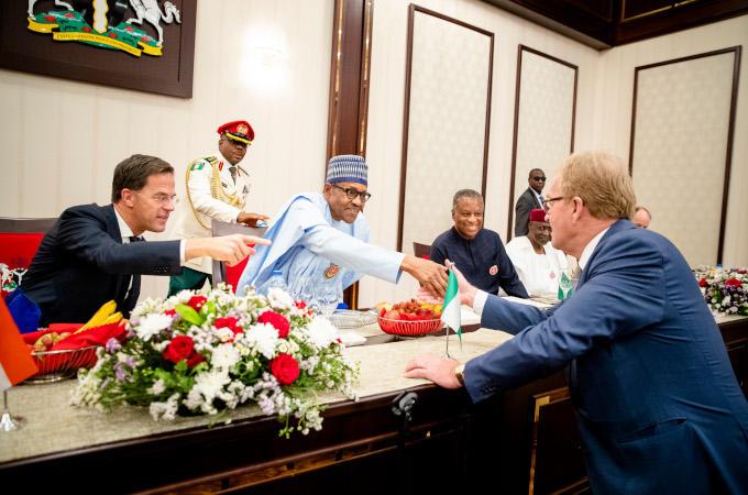 Tijdens een lunch met president Muhammadu Buhari (Nigeria). Links premier Mark Rutte