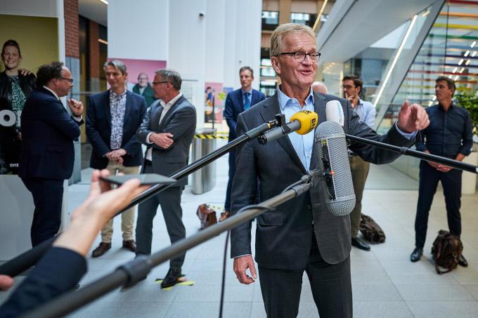 Tijdens de persconferentie op 12 juni na het bereiken van een pensioenakkoord. Links achter Hans de Boer minister Koolmees en Han Busker (FNV) en rechts MKB-voorzitter Jacco Vonhof