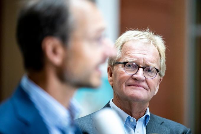 Links minister Eric Wiebes van Economische Zaken en Klimaat, rechts Hans de Boer