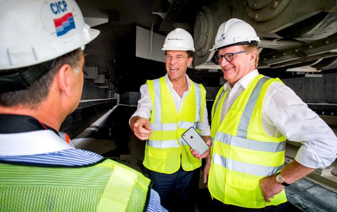 Investeren in grote projecten waarvan de economie beter wordt, dat was wel een van de boodschappen van De Boer. Links naast hem op de foto premier Rutte