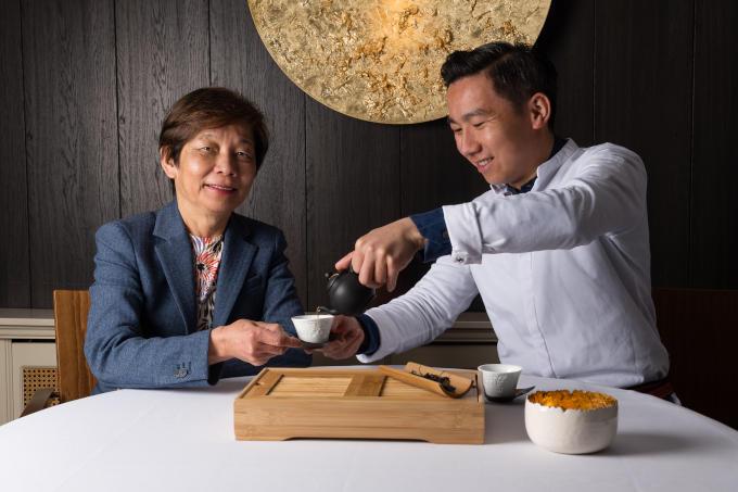 'Volgens de Chinese astrologie zijn wij beiden aap', aldus Helena Tsang (restaurant O&O) over zichzelf en zoon Mike. 'Nieuwsgierig, onafhankelijk en levendig.'