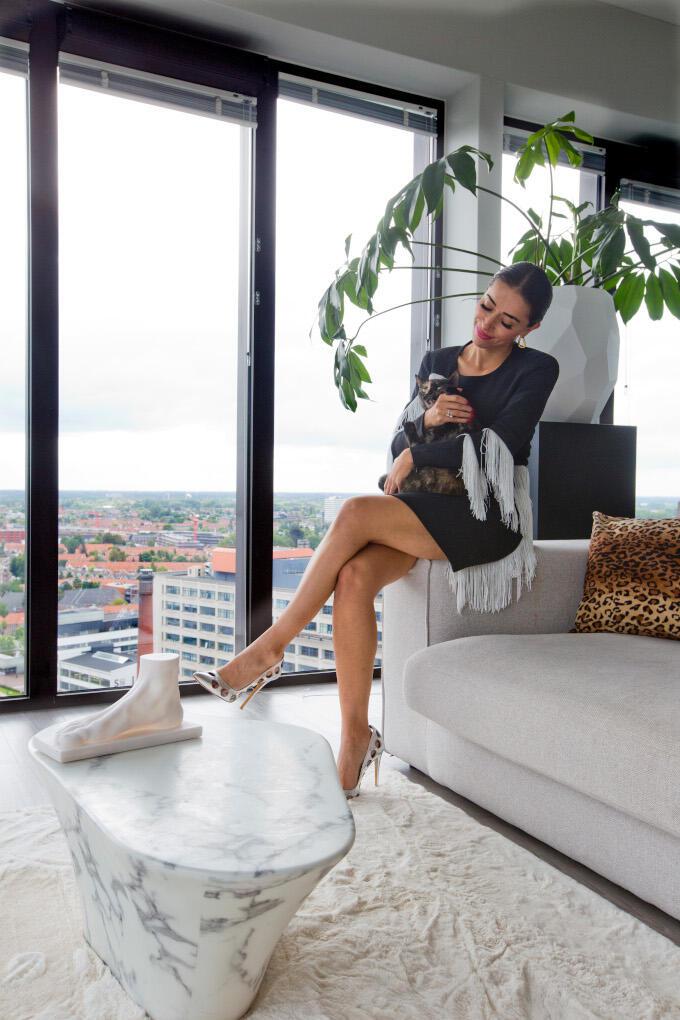 Veel tijd voor een privéleven heeft schoenontwerper Zeynep Dag niet. Thuis wacht haar kat Momo