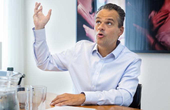 Het gevaar is, zegt Jan Kees de Jager, dat je de cultuur, veerkracht en snelheid van startups vernietigt als groot bedrijf