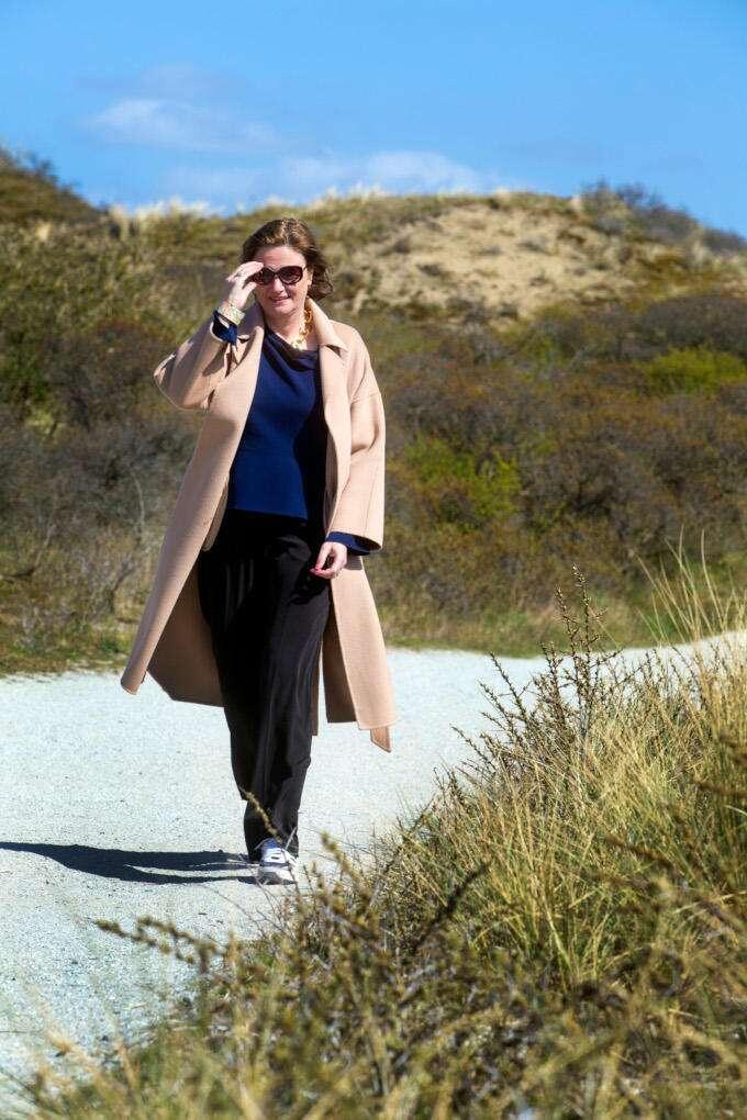 In de duinen bij Katwijk is Karien van Gennip vaker te vinden. Zeker sinds ze een 'corona-pup' heeft