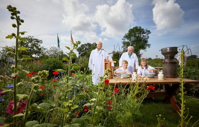 Ondernemer Klaas Hokse (links op de foto) leert samen met meneer Bolks kinderen zelf kaas maken