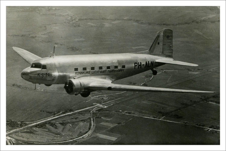 De aardbeien worden vervoerd in de KLM DC-3 PH-ALN, ook wel 'Nandoe' genoemd