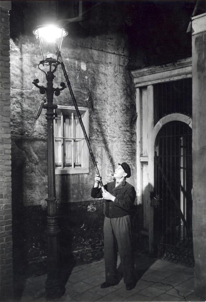 Het is 1953. In de Amsterdamse Jordaan steekt een lantaarnopsteker op zijn ronde de gaslampen aan