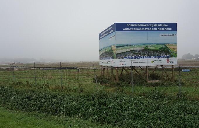 Hier en daar wordt al voorzichtig begonnen met de uitbreiding van Lelystad Airport. Maar de echte gang moet er nog in komen