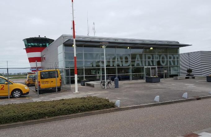Als je de vertrek- (en aankomst-)hal zo ziet, kun je het je bijna niet voorstellen: in 2019 moet dit een serieuze luchthaven zijn