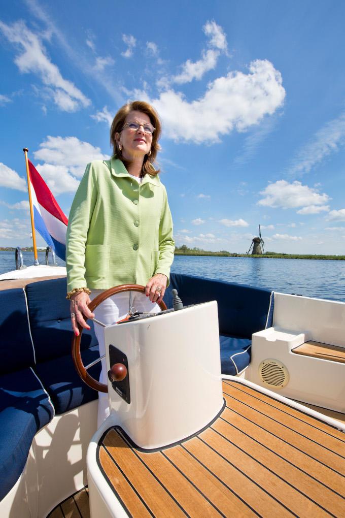 De enige manier waarop Marguerite Soeteman-Reijnen haar woonboot kan bereiken, is per boot. Soeteman is sowieso vaak op het water te vinden.