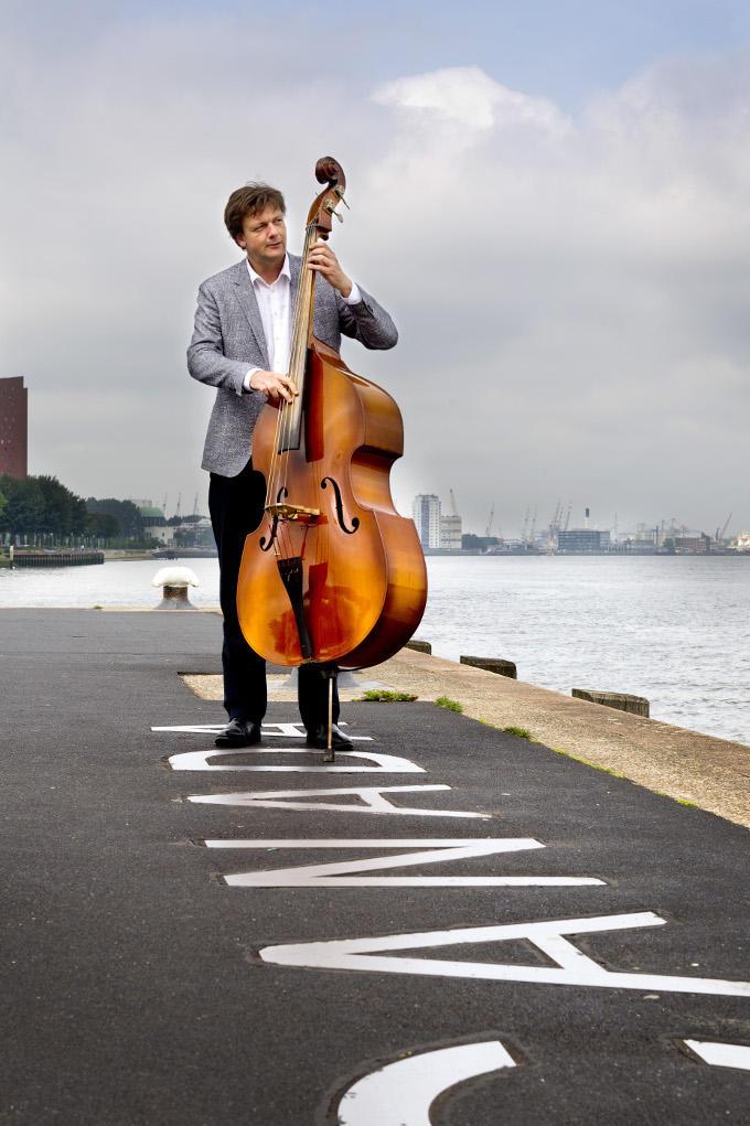 Michel Driessen studeerde een tijdje contrabas aan het conservatorium, maar vier jaar lang studeren... dat leek hem wat eentonig