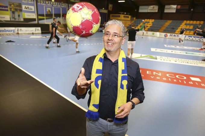 Amhaouch is voorzitter van handbalvereniging BeVo HC, waar zijn twee 'fanatieke' dochters spelen. 'De club heeft 500 leden en een netwerk van 140 ondernemers, die zo via sponsoring de lokale gemeenschap stimuleren. Dat is ook ondernemerschap.'