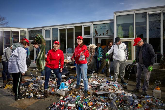 Vorig jaar visten de ondernemers Mira Roosenburg en Angelique Stroomberg zo'n 550 kilo zwerfafval uit de grachten in Delft. Samen met vrijwilligers. Nu ruimen ze ook zwerfafval op in de stad. 'Je kunt wel 24 uur per dag vuil ruimen'