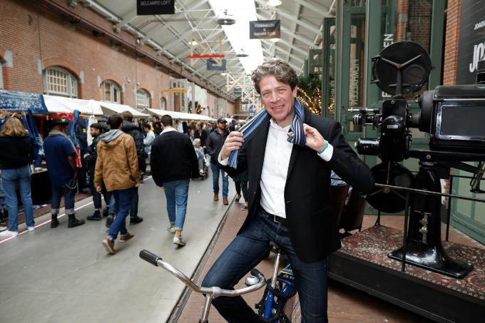 In De Hallen in Amsterdam, 'ondernemerschap ingebed in de omgeving'. Op een OV-fiets, 'want dat vind ik ook een voorbeeld van innovatief ondernemerschap'