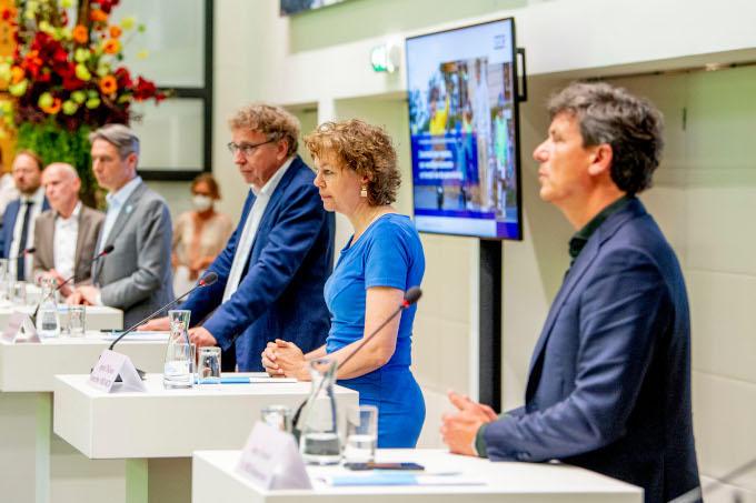 Tijdens de persconferentie van de Bonden en werkgevers in het SER-gebouw. V.r.n.l. Jacco Vonhof (MKB-Nederland), Ingrid Thijssen (VNO-NCW), Romke van der Veen (kroonlid SER), Tuur Elzinga (FNV), Piet Fortuin (CNV) en Nic van Holstein (VCP)