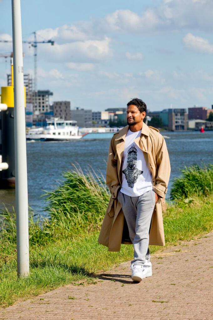 Op de IJkade in Amsterdam wandelt Rodney Lam (Daily Paper) elke avond. Om even uit te zoomen, zoals hij het zelf noemt