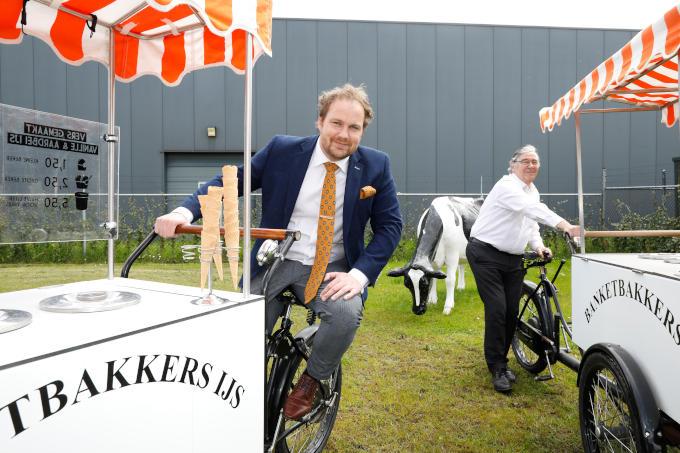 Bij zijn ijsfabriek in het Friese Gorredijk, met zijn vader. 'Die werkt hier nog steeds. Hij kan en wil geen afscheid van het ondernemerschap nemen'
