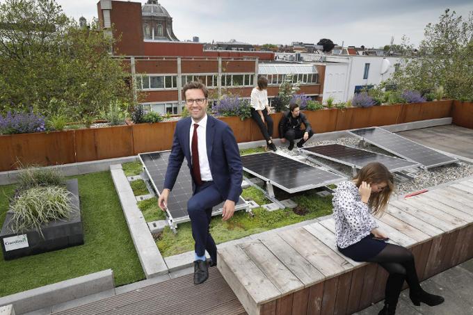 Op het dak bij Lugus in Leiden, waar studenten die een bedrijf willen beginnen geholpen worden door afgestudeerden met een eigen bedrijf. 'Nederland moet het hebben van innovatie en nieuwe bedrijven.'