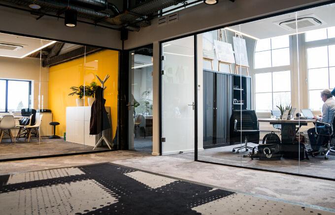 Hippe kantoren in een oud spoorgebouw speciaal voor startups: Station 88
