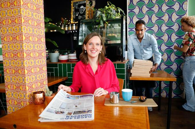 Biologisch restaurant De Groene Stoel in Groningen biedt vluchtelingen een plek om ervaring op te doen. 'Zo krijgen zij de kans hun leven weer op te pakken. Geweldig om te zien dat ondernemers met een missie hieraan bijdragen'