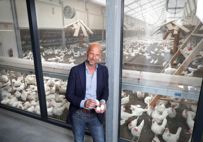 Tjeerd de Groot bij Kipster in Limburg: 'Een mooi voorbeeld van kringlooplandbouw. Het voedsel voor de kippen bestaat uit restjes van bijvoorbeeld bakkerijen. De haantjes worden na de geboorte in leven gelaten'