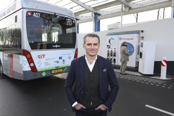 Bij een van de waterstofbussen die de Rotterdamse RET heeft aangeschaft. 'De energietransitie dwingt iedereen zichzelf opnieuw uit te vinden. Het is een gezamenlijke zoektocht.'