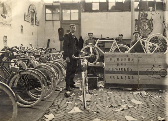 In het verzendlokaal van Burgers Rijwielen worden de fietsen verpakt. Aan de muur hangt het bord hofleverancier
