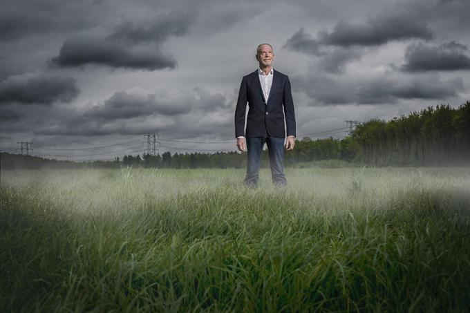 Frank Bakker, de directeur van Contronics, maakt mist. Om die vervolgens te verkopen aan de supermarkt