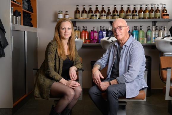 2 generaties in kapsalon Smittenaar: 'We horen bij 't leven van de klanten'