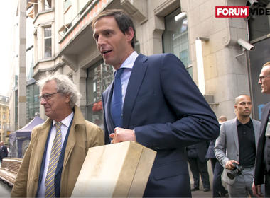 Minister Hoekstra met koffertje
