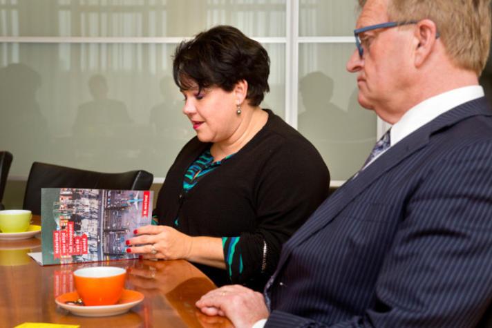 Sharon Dijksma neemt mainportvisie VNO-NCW in ontvangst