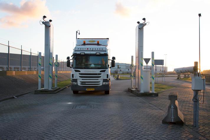 Vrachtwagen bij douanekantoor Maasvlakte in de Rotterdamse haven